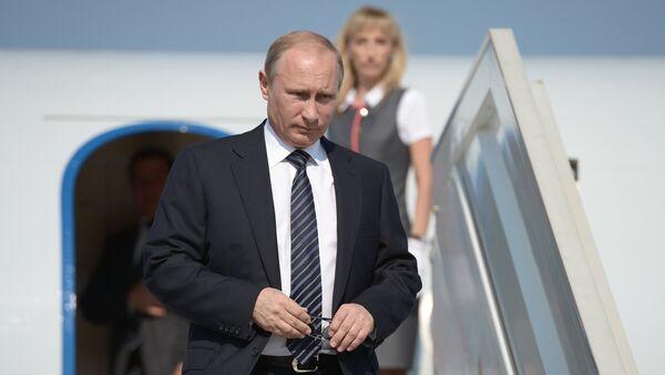 Russian President Vladimir Putin descends from the plane. File photo - Sputnik International