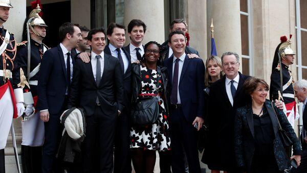 Emmanuel Macron's close team of the party's La Republique en marche (Republic on move) : Sibeth Ndiaye (C), Head of the public relations of the party, spokesman Benjamin Griveaux (C-R), Richard Ferrand, Julien Denormandie (4thL), Stephane Sejourne (2thL), Jean-Marie Girier (L), Sylvain Fort (3rdL) pose at the Elysee Palace prior to the handover ceremony for new French President Emmanuel Macron (unseen), in Paris, France, 14 May 2017 - Sputnik International