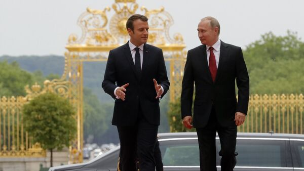 Russian President Vladimir Putin and French President Emmanuel Macron (left) meeting at the Grand Trianon of the Versailles Palace in Paris, May 29, 2017 - Sputnik International