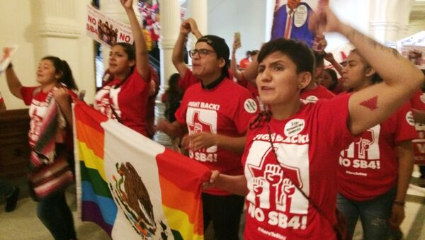 Demonstrators march in the Texas Capitol on Monday, May 29, 2017, protesting the state's newly passed anti-sanctuary cities bill in Austin, Texas. - Sputnik International