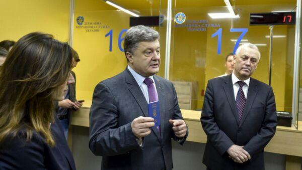 Ukrainian President Petro Poroshenko with a new biometric passport - Sputnik International