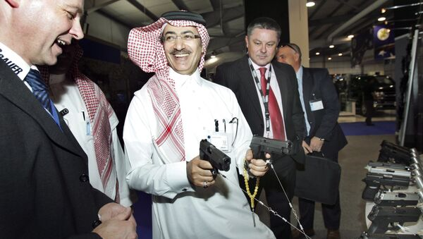Mahmoud Al-Gahtani of Saudi Arabia, center, inspects guns during the opening of the Special Operations Forces Exhibition and Conference (SOFEX) held at the King Abdullah I airbase located near Amman in Jordan - Sputnik International
