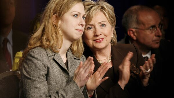Chelsea Clinton, left, and her mother, former Democratic presidential candidate Hillary Clinton. (File ) - Sputnik International