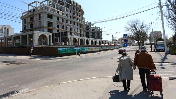 A couple walks in Tiraspol, capital of self-proclaimed Moldovan Republic of Transnistria on April 3, 2017. - Sputnik International
