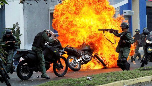Полицейский отряд во время столкновений с протестующими против политики Николаса Мадуро - Sputnik International