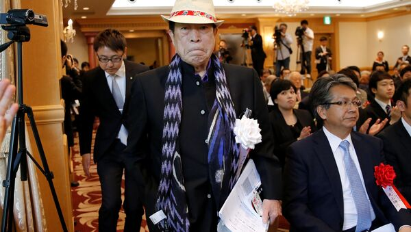APA Group CEO Motoya holding his book, arrives at a news conference on publication of his book in Tokyo - Sputnik International