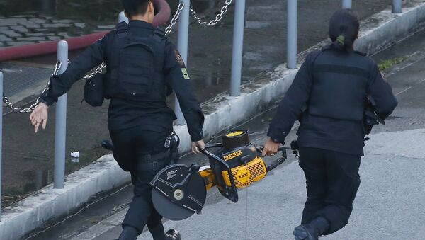 SWAT members of the Philippine National Police rush towards the Resorts World Manila complex with a chain saw in suburban Pasay city, southeast of Manila, Philippines Friday, June 2, 2017 - Sputnik International