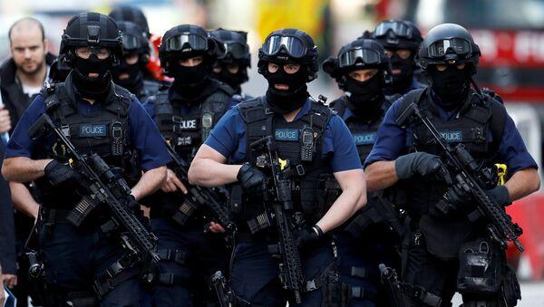 Armed police officers walk near Borough Market after an attack left 7 people dead and dozens injured in London, Britain, June 4, 2017 - Sputnik International