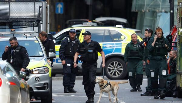 Police officers and ambulance crews stand outside Borough Market after an attack left 6 people dead and dozens injured in London, Britain, June 4, 2017 - Sputnik International