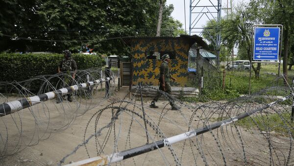 An Indian paramilitary soldier guards at the entarce of his base in Sumbal, 30 kilometers (19 miles) from Srinagar, Indian controlled Kashmir, Monday, June. 5, 2017 - Sputnik International