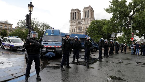 French police stand at the scene of a shooting incident near the Notre Dame Cathedral in Paris, France, June 6, 2017 - Sputnik International