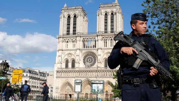 French police and gendarmes stand at the scene of a shooting incident near the Notre Dame Cathedral in Paris, France, June 6, 2017 - Sputnik International