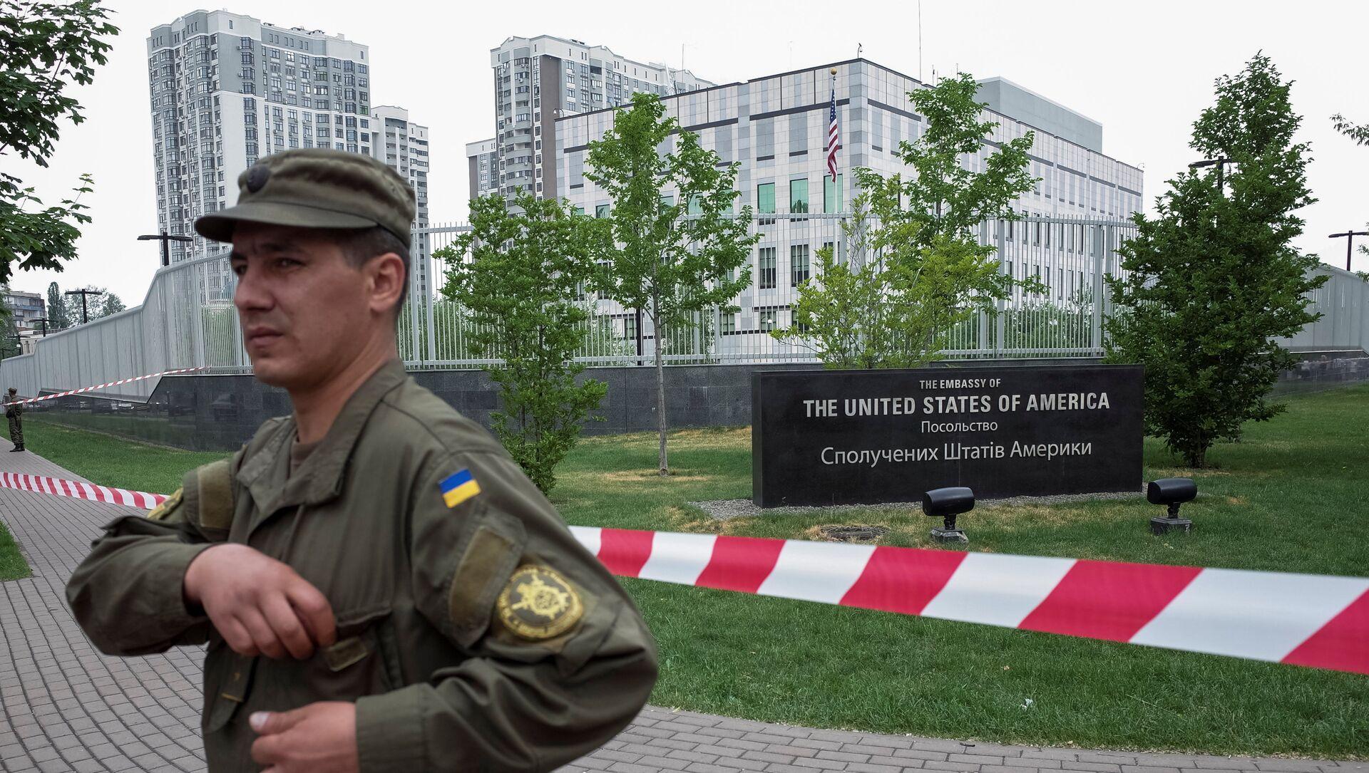 A member of the National Guard stands guard in front of the U.S. embassy in Kiev, Ukraine, June 8, 2017. - Sputnik International, 1920, 05.09.2021