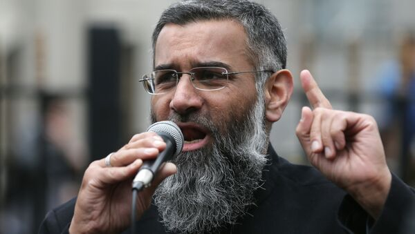 Anjem Choudary, right, a British Muslim social and political activist and spokesman for Islamist group, Islam4UK, speaks following prayers at the Central London Mosque in Regent's Park, London, Friday, April 3, 2015.  - Sputnik International