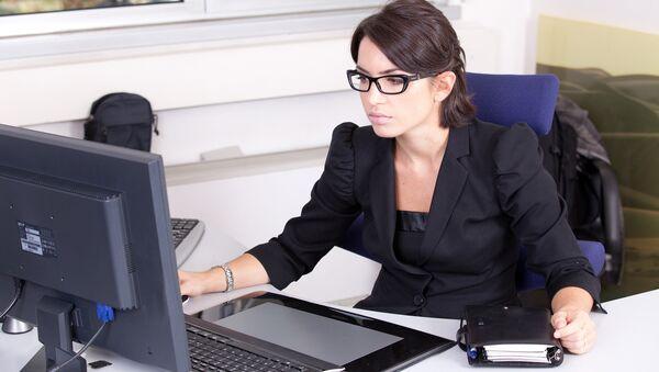 Woman working on her computer - Sputnik International