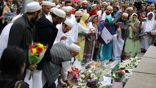 People lay flowers after a vigil to remember the victims of the attack on London Bridge and Borough Market, at Potters Field Park, in central London, Britain, June 5, 2017. - Sputnik International