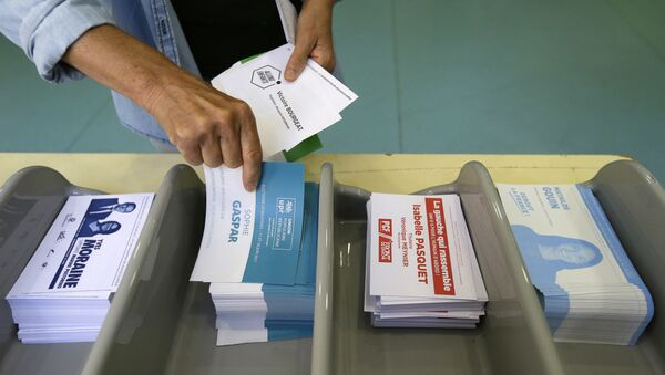 Voter picks up ballots at a polling station before voting for the first round of parliamentary elections in Marseille, southern France, Sunday, June 11, 2017 - Sputnik International