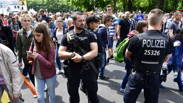 Armed police stand guard as participants leave the venue where the former US president and the German Chancellor attended a panel discussion during the Protestant church day (Kirchentag) event at the Brandenburg Gate (Brandenburger Tor) in Berlin on May 25, 2017 - Sputnik International