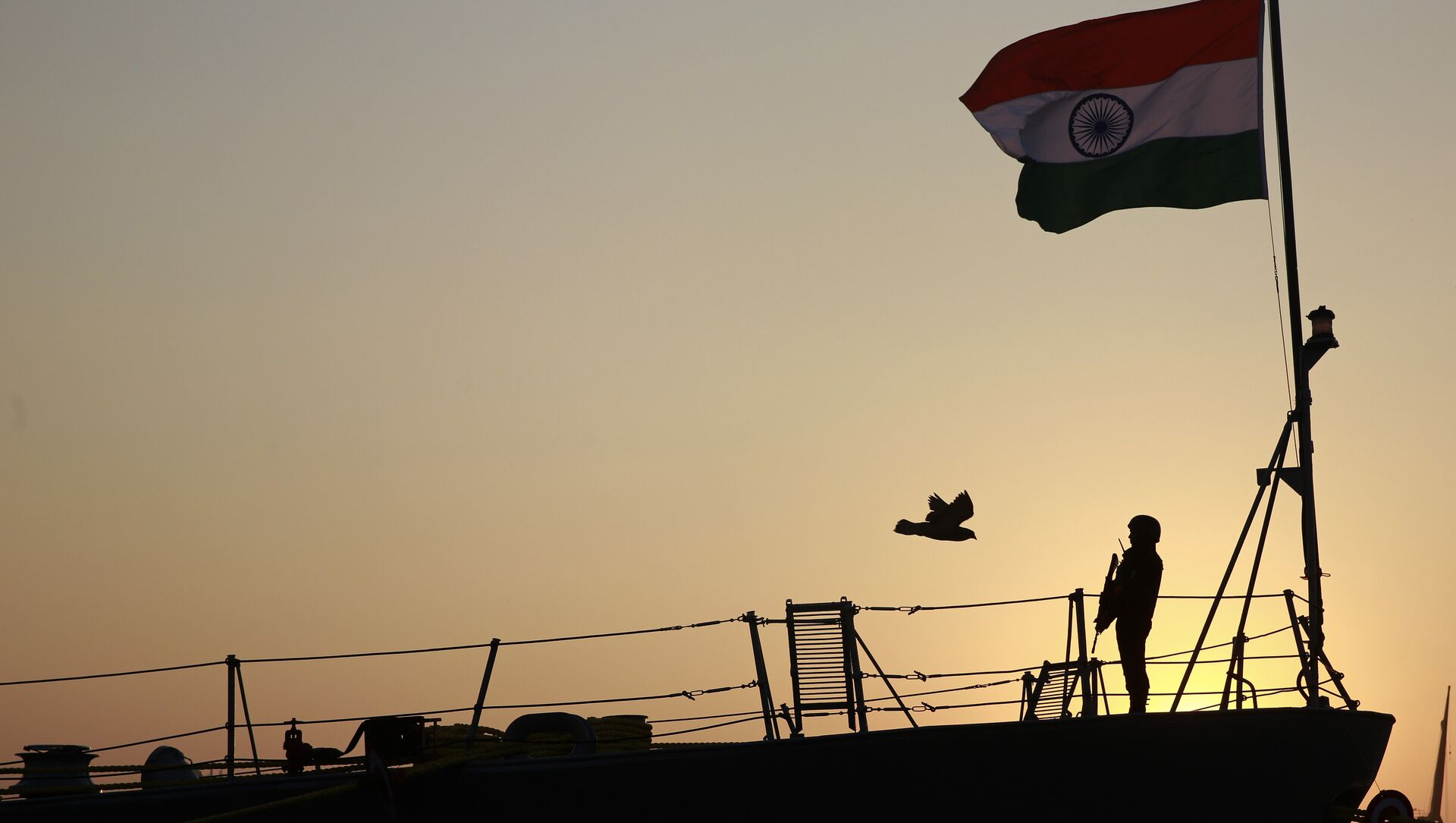 Indian navy person stands guard on board war ship Godavari during its decommissioning at the naval dockyard in Mumbai, India, Wednesday, Dec. 23, 2015 - Sputnik International, 1920, 04.08.2021