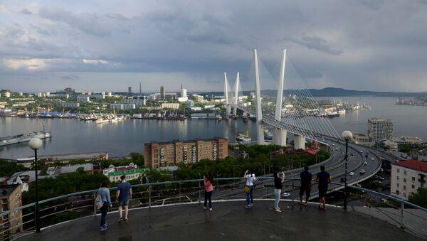 People watch a bridge over the Golden Horn bay from a viewpoint in Vladivostok, Russia, June 8, 2017 - Sputnik International