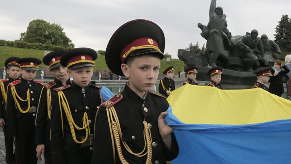 Military cadets carry the Ukrainian National flag during a parade of Kiev military schools, within the program of military and patriotic education, to celebrate Victory Day at the WWII memorial in Kiev, Ukraine, Tuesday, May 5, 2015 - Sputnik International