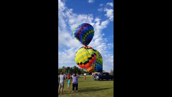 Man Dangles Upside Down, Falls Out of Hot Air Balloon - Sputnik International