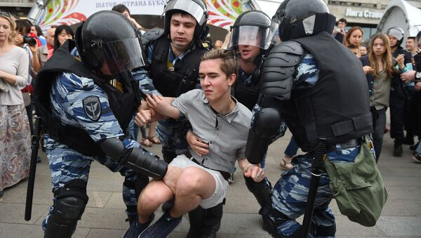 Russian police officers detain a participant of an unauthorized opposition rally in Tverskaya street in central Moscow on June 12, 2017 - Sputnik International