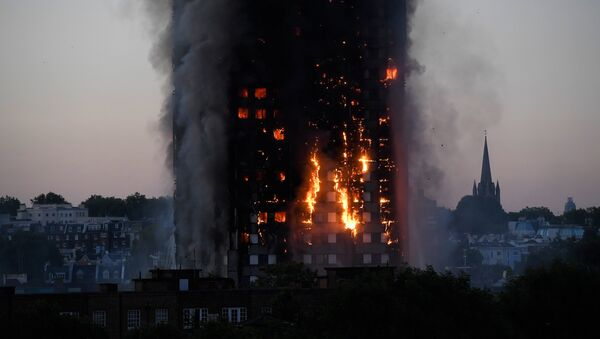 Flames and smoke billow as firefighters deal with a serious fire in a tower block at Latimer Road in West London, Britain June 14, 2017 - Sputnik International