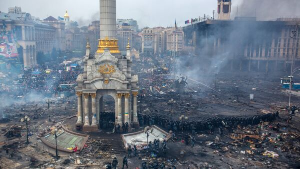Police officers and opposition supporters are seen on Maidan Nezalezhnosti square in Kiev, where clashes began between protesters and the police - Sputnik International