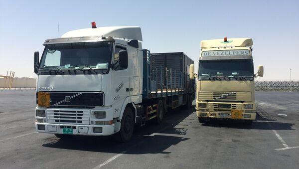 Trucks are seen at the Abu Samra border crossing with Saudi Arabia, in Qatar - Sputnik International