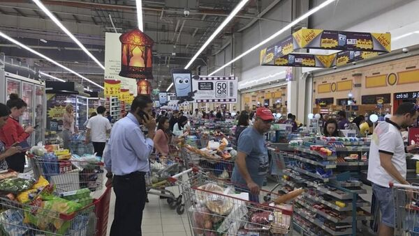 Shoppers stock up on supplies at a supermarket in Doha, Qatar after Saudi Arabia closed its land border with Qatar, through which the tiny Gulf nation imports most of its food - Sputnik International