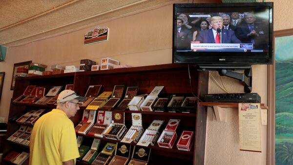 A tourist buys Cuban cigars at the San Roman cigar store in the Little Havana district as U.S. President Donald Trump announces changes to U.S.-Cuba policy, in Miami, Florida, U.S. June 16, 2017 - Sputnik International