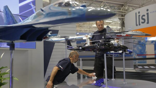 Employees clean the aircraft models at the Russian government company Rosoboronexport stand, at Paris Air Show, on the eve of its opening, in Le Bourget, east of Paris, France, Sunday, June 18, 2017 - Sputnik International