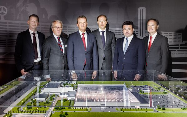 Daimler management with the Russian Trade Minister Denis Manturov (center) and Governor of the Moscow Region Andrei Vorobyov (second right) - Sputnik International