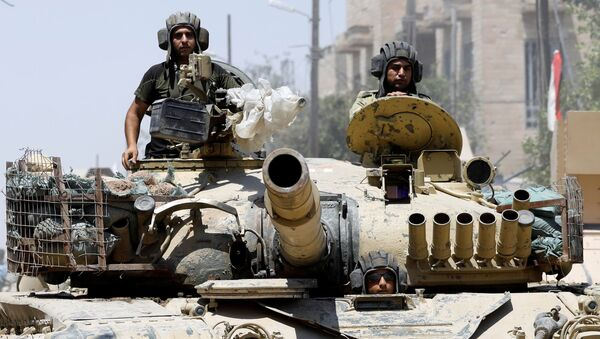 Iraqi soldiers look out from a tank as they advances towards the Islamic State militants positions in the Old City in western Mosul, Iraq June 18, 2017. - Sputnik International
