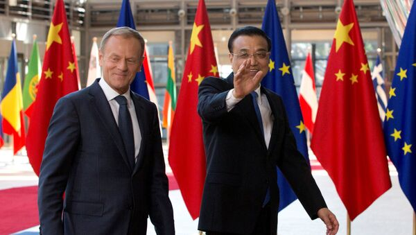 European Council President Donald Tusk and Chinese Premier Li Keqiang (R) arrive to attend a EU-China Summit in Brussels, Belgium June 2, 2017 - Sputnik International