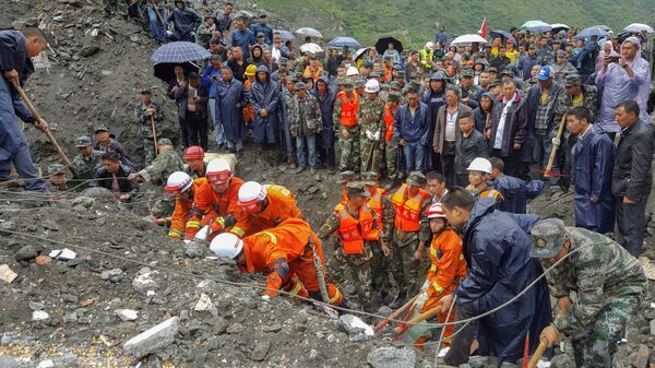 People search for survivors at the site of a landslide in Xinmo Village, Mao County, Sichuan province, China June 24, 2017 - Sputnik International