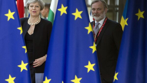 British Prime Minister Theresa May, left, and UK representative to the EU Tim Barrow arrive for an EU summit at the Europa building in Brussels on Thursday, June 22, 2017. - Sputnik International