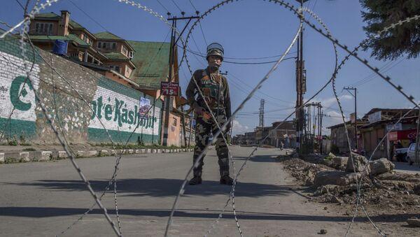 An Indian paramilitary soldier stands guard during a curfew in Srinagar, Indian controlled Kashmir, Friday, June 9, 2017 - Sputnik International