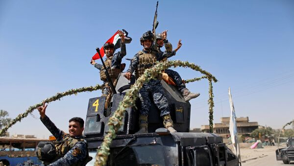 Members of the Iraqi Federal Police gesture after returning back from the front line in the Old City of Mosul, Iraq June 28, 2017 - Sputnik International