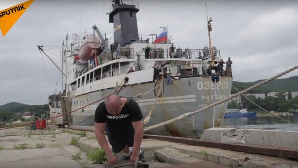 Strongman Savkin Pulls A Huge Boat - Sputnik International