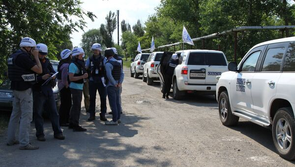 OSCE Special Monitoring Mission (SMM) monitors during an inspection of the frontline township of Sakhanka in the self-proclaimed Donetsk People's Republic - Sputnik International