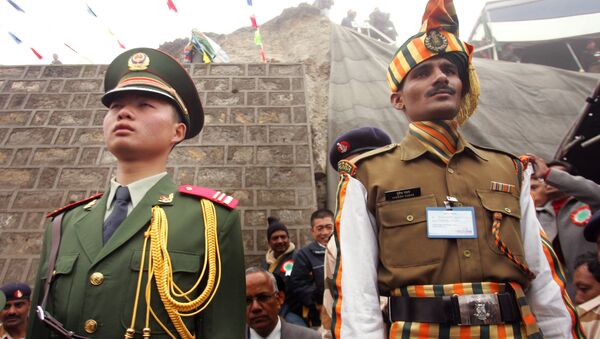 A Chinese soldier, left, and an Indian soldier maintain ceremonial positions marking the international boundary of their countries respectively at the opening of the Nathu La Pass, in northeastern Indian state of Sikkim, Thursday, July 6, 2006. - Sputnik International