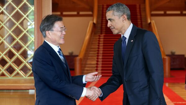 South Korean President Moon Jae-in shakes hands with former U.S. President Barack Obama at the Presidential Blue House in Seoul, South Korea, in this handout picture provided by the Presidential Blue House and released by Yonhap on July 3, 2017 - Sputnik International