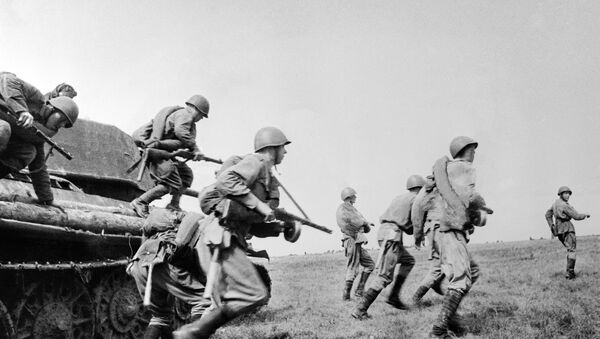 Machine-gunners going to a firing position. The Kursk Bulge. - Sputnik International