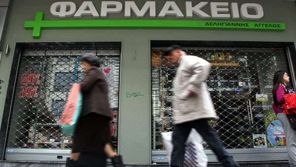 People walks past a shuttered pharmacy in the northern port city of Thessaloniki, Greece, Wednesday, March 26, 2014. - Sputnik International