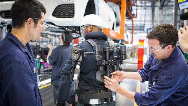 Factory worker in an exoskeleton - Sputnik International