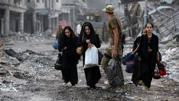 Displaced Iraqi civilians who fled from clashes are seen in the Old City of Mosul, Iraq July 4, 2017 - Sputnik International