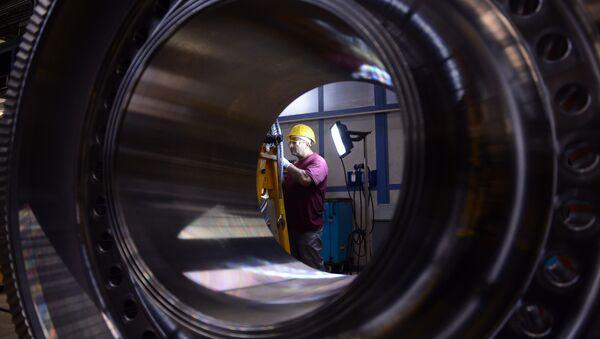 An employee of German industrial giant Siemens works on a rotor at their Gas turbine plant on November 8, 2012 in Berlin - Sputnik International