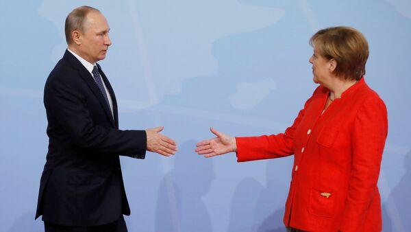 German Chancellor Angela Merkel welcomes Russia's President Vladimir Putin at the G20 summit in Hamburg, Germany July 7, 2017 - Sputnik International